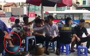 Hình ảnh người phụ nữ rửa chân trong xô nước: Ảnh cắt từ clip