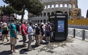 Du khách ở thủ đô Roma xếp hàng chờ hứng nước uống - Ảnh: AFP