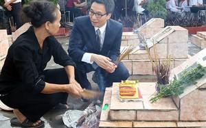 Phó Thủ tướng Vũ Đức Đam trò chuyện với thân nhân liệt sĩ tại Nghĩa trang liệt sĩ xã Nam Tân, huyện Nam Sách, tỉnh Hải Dương. Ảnh: VGP