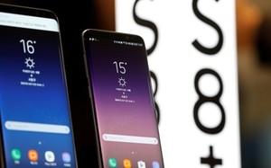 Hai điện thoại Galaxy S8 và S8+ của Samsung được trưng bày tại Seoul. Ảnh: Reuters