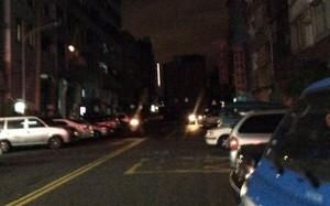 Đường phố chìm trong bóng tối sau vụ mất điện tại Đài Loan. Ảnh: Twitter.