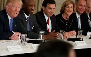 Lãnh đạo các tập đoàn tham gia một cuộc họp với Tổng thống Trump (ngoài cùng bên trái). (Ảnh: BusinessInsider)