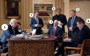 Trong ảnh: Tổng thống Donald Trump (1), cựu Chánh văn phòng Nhà Trắng Reince Priebus (2), Phó Tổng thống Mike Pence (3), cựu Chiến lược gia trưởng Steve Bannon (4), cựu Thư ký báo chí Nhà Trắng Sean Spicer, (5), cựu cố vấn an ninh quốc gia Michael Flynn.