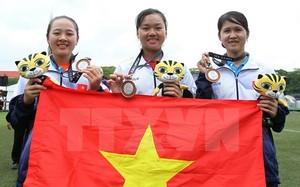 Đội tuyển bắn cung Việt Nam vui mừng với chiếc huy chương bạc.