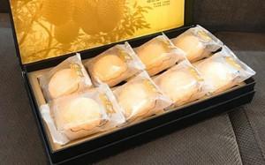 Một hộp 1,2 triệu đồng có 8 chiếc bánh nhân sầu riêng tươi.