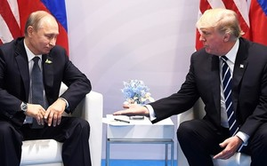 Tổng thống Mỹ Donald Trump và Tổng thống Nga Vladimir Putin tại cuộc gặp đầu tiên bên lề hội nghị thượng đỉnh G20 hôm 7/7. Ảnh: AFP.