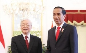 Tổng thống Indonesia Joko Widodo đón Tổng Bí thư Nguyễn Phú Trọng. (Ảnh: Trí Dũng/TTXVN)