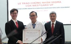 Bác sĩ Bệnh viện Chợ Rẫy được trao chứng nhận xét nghiệm Six Sigma. Ảnh: Lê Phương.