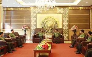 Thứ trưởng Nguyễn Văn Sơn chỉ đạo Công an tỉnh Hòa Bình khẩn trương phối hợp với các cơ quan chức năng điều tra, làm rõ và ổn định tình hình an ninh, trật tự địa bàn.