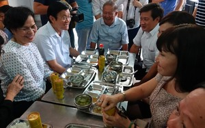Ông Trương Tấn Sang cùng vợ dùng bữa trưa tại quán cơm 2000 đồng