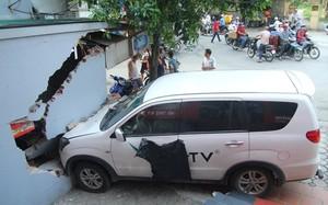 Hà Nội: Bị chủ nhà bắt đền 200 triệu do ô tô đâm sập tường