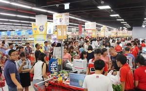Người dân đổ xô đến các siêu thị mua thực phẩm.  Ảnh: Khánh Hòa Online