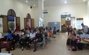 Nhiều hành khách phải ngồi chờ đến khi thông tuyến. Ảnh: Vietnamnet