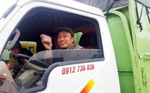 Tài xế dùng tiền lẻ phản đối trạm BOT QL5. Ảnh: Vietnamnet