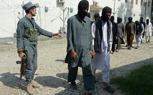 Quân đội Afghanistan bắt giữ các chiến binh IS tham gia lực lượng Taliban ở nước này. Ảnh: AFP