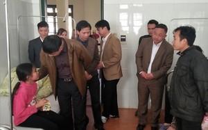 Lãnh đạo tỉnh Bắc Kạn thăm hỏi các học sinh. Ảnh: Lao Động