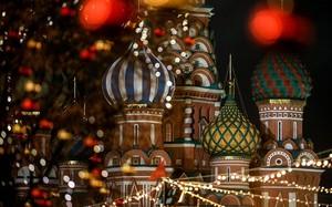Nhà thờ St.Basil tại Quảng trường Đỏ càng trở nên lung linh hơn với những dàn đèn trang trí lấp lánh.