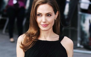 Những điều cần biết về chứng liệt cơ mặt của Angelina Jolie