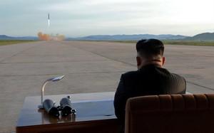 Chủ tịch Kim Jong-un đang quan sát vụ phóng tên lửa vào hôm 16/9. Ảnh: Reuters