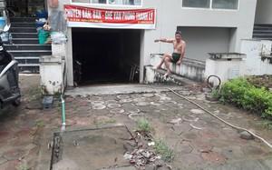 Hình ảnh người dân bơm nước từ nhà ra ngoài tại khu liền kề do GELEXIMCO xây dựng