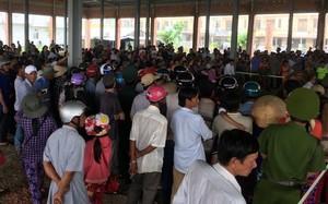 Hàng trăm người dân đến dự khán phiên toà.