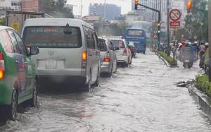 Triều cường gây ngập 0,3-0,4 m trước tòa nhà The Manor trên đường Nguyễn Hữu Cảnh