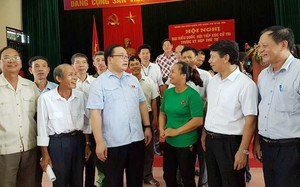 Bí thư Thành uỷ Hoàng Trung Hải trò chuyện với các cử tri thị xã Sơn Tây
