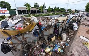 Nhiều đường phố của thị xã Sơn Tây đang ngập trong rác thải.