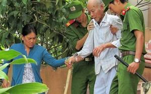 Ông Thà rời phòng xử án với sự giúp đỡ của con dâu và hai cảnh sát tư pháp.