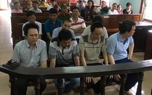 Bị cáo Duy (áo xanh, bên phải hàng đầu) thừa nhận việc nhận hối lộ.