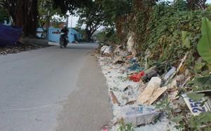 Rác thải sinh hoạt, lông gà vịt ken đặc trên trục đường ngang qua khu vực xóm Cầu.