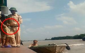 Người trong trang phục CSGT đường thủy đoạn trên sông Ninh Cơ (Giao Thủy, Nam Định). Ảnh: Cắt từ clip.