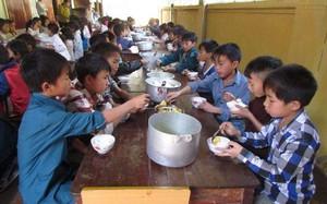 Các em học sinh trường bán trú Bản Công trong một bữa ăn.