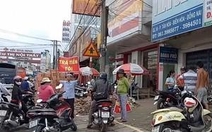 Người dân đứng trước trụ sở Quỹ tín dụng Thái Bình đòi tiền.