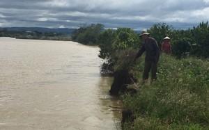 Ông Đặng Xong chỉ phần đất gia đình ông bị lở xuống sông