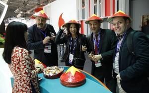 Khách hàng tham quan MWC ấn tượng với gian hàng từ Việt Nam