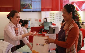 HDBank Đức Phổ khai trương, tặng 100 triệu cho người nghèo