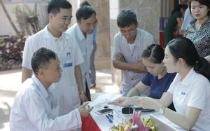 FLC phối hợp cùng Bệnh viện Hà Thành thăm khám và tặng quà người có công với cách mạng