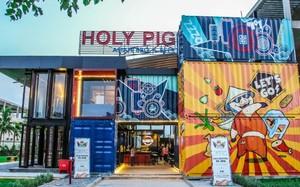 Không gian trẻ trung ngay cửa vào Holy Pig (Ảnh từ Tripadvisor)
