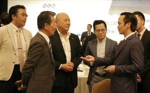Chủ tịch Tập đoàn FLC Trịnh Văn Quyết (bên phải) trao đổi với các nhà đầu tư Nhật Bản tại sự kiện giới thiệu tiềm năng bất động sản nghỉ dưỡng Việt Nam vừa được tổ chức tại Tokyo, Nhật Bản