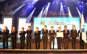 Ông Lê Quang Hùng, Thứ trưởng Bộ Xây dựng trao Huân chương lao động Hạng Nhì cho Tập đoàn Hòa Bình