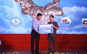 Đại diện Tập đoàn FLC trao tặng 1 tỷ đồng hỗ trợ khẩn cấp Thanh Hoá sau thiên tai