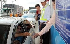Nhiều tài xế trả tiền lẻ tại trạm thu phí Cai Lậy để phản đối vị trí đặt trạm. Ảnh: Hoàng Nam.