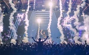 Armin từng làm nên kì tích biểu diễn liên tục 5 tiếng đồng hồ trước 40.000 người tham dự lễ hội UNTOLD (Romania).