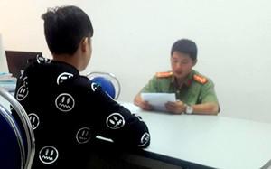 """Thanh niên livestream """"Cô Ba Sài Gòn"""" làm việc với công an. Ảnh: Phong Huy"""
