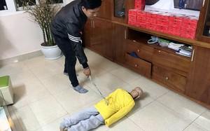 Trần Hoài Nam thực hiện hành vi bạo hành con đẻ mình.