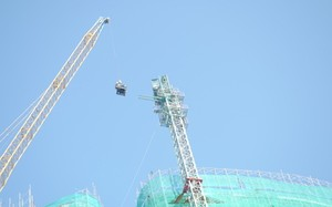 Công ty Vịnh Nha Trang đã triển khai công việc tháo dỡ 2 cẩu tháp bị gãy