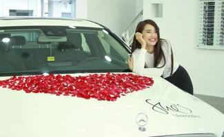 Nhã Phương rạng rỡ bên chiếc xe sang trọng và biểu tượng hoa hồng kết hình trái tim