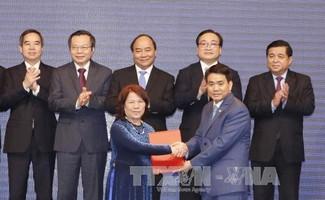 Thủ tướng Nguyễn Xuân Phúc và các đại biểu chứng kiến lễ trao bản ghi nhớ hợp tác đầu tư cho các doanh nghiệp. Ảnh: Thống Nhất/TTXVN