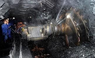 Lãnh đạo Vinacomin cho biết, việc than tồn kho hơn 9,3 triệu tấn và EVN dự kiến giảm mua 2 triệu tấn than khiến 4.000 công nhân ngành than có nguy cơ mất việc.